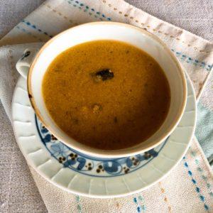 カボチャの温かい豆乳ヨーグルトスープ