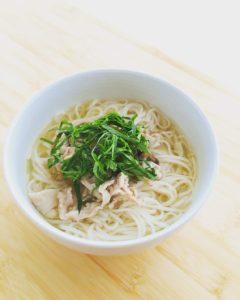 『塩麹でつくる豚肉ときのこのフォー』のレシピ